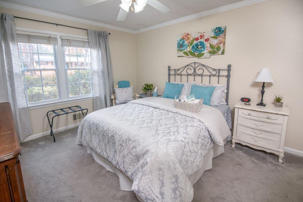 Master Bedroom Queen Bed w/On-Suite Bathroom